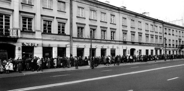 Kolejka po masło przed sklepem nabiałowym na Nowym Swiecie, Warszawa 1985 r., fot.Krzysztof Wójcik /Agencja FORUM