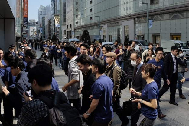 Kolejka po SE w Japonii /AFP