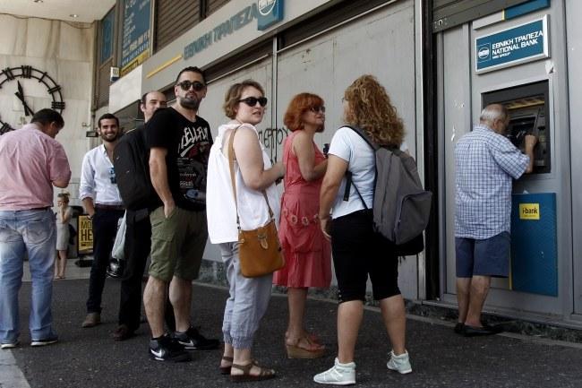 Kolejki przed bankomatami w Grecji /ALEXANDROS VLACHOS /PAP/EPA