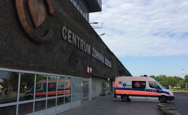 """Kolejne dzieci są wywożone z warszawskiego Centrum Zdrowia Dziecka. """"To jest ból dla matki"""""""