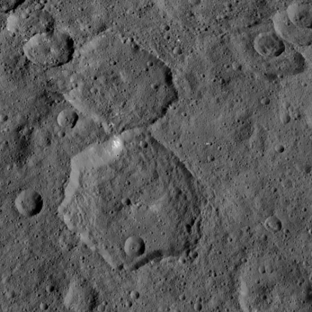 Kolejne źrodła światła na Ceresie, odkryte w nietypowych kraterach /NASA