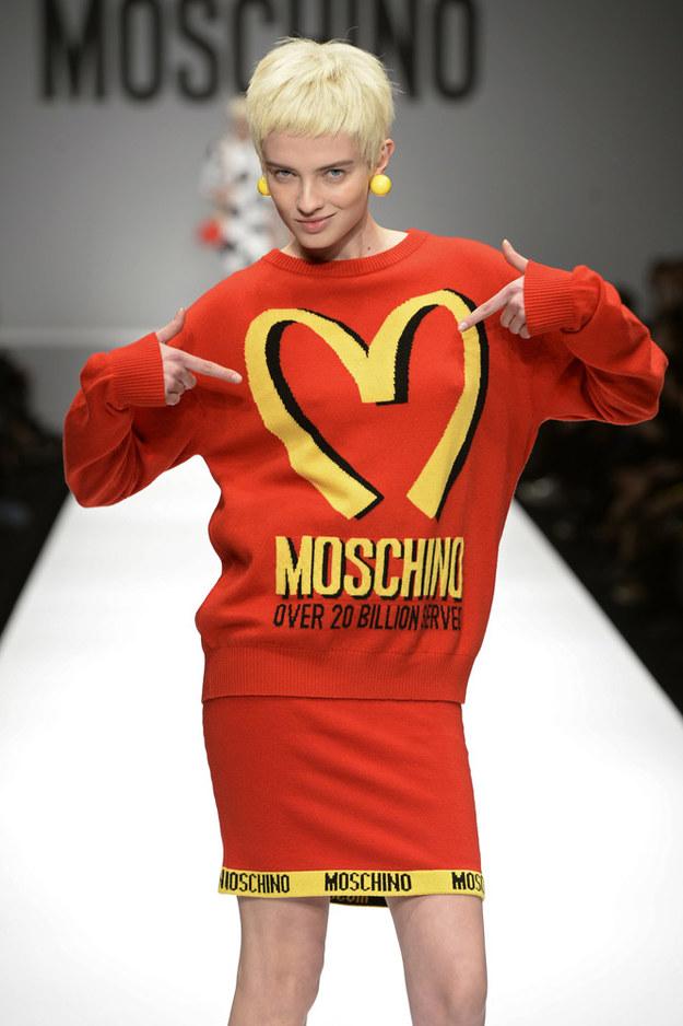 Kolekcje Moschino to praktycznie zmutowane opakowania codziennych produktów - od lizaków przez płyny do szyb po zestawy z McDonalda /Getty Images