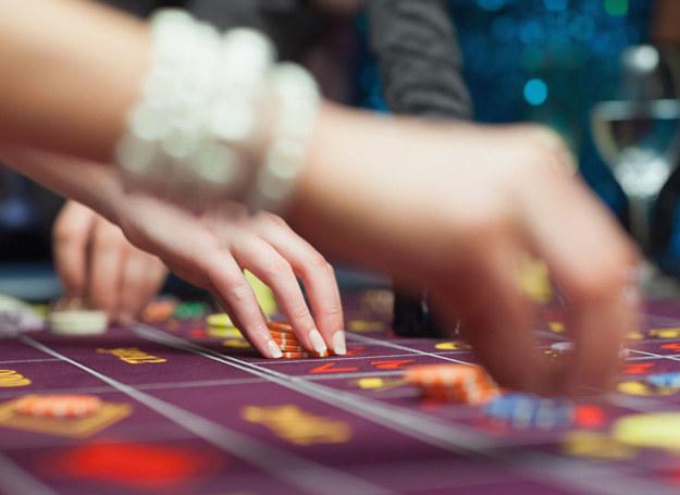 Koleżanka przez hazard wpadła w długi /©123RF/PICSEL