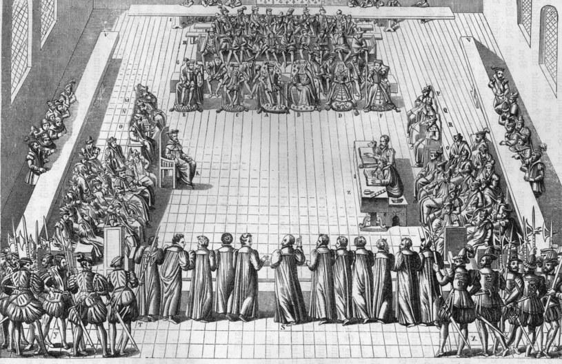 Kolokwium w Poissy miało doprowadzić do pojednania między katolikami i protestantami. Katarzyna zajmuje miejsce obok króla /Getty Images/Flash Press Media