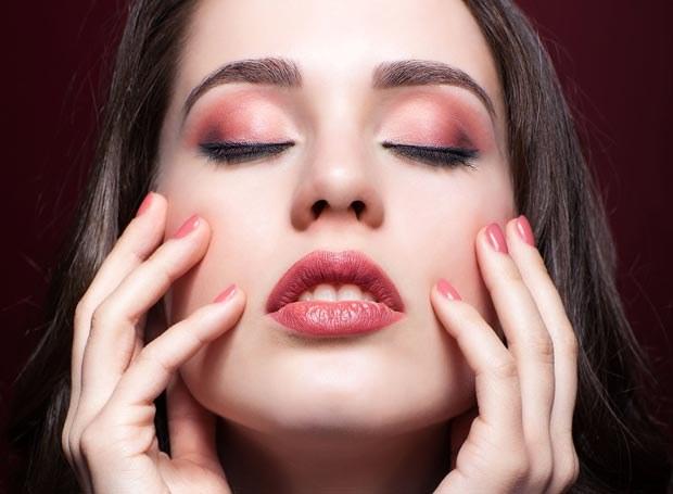 Kolor marsala jest w makijażu kolorem silnie dominującym /Picsel /123RF/PICSEL