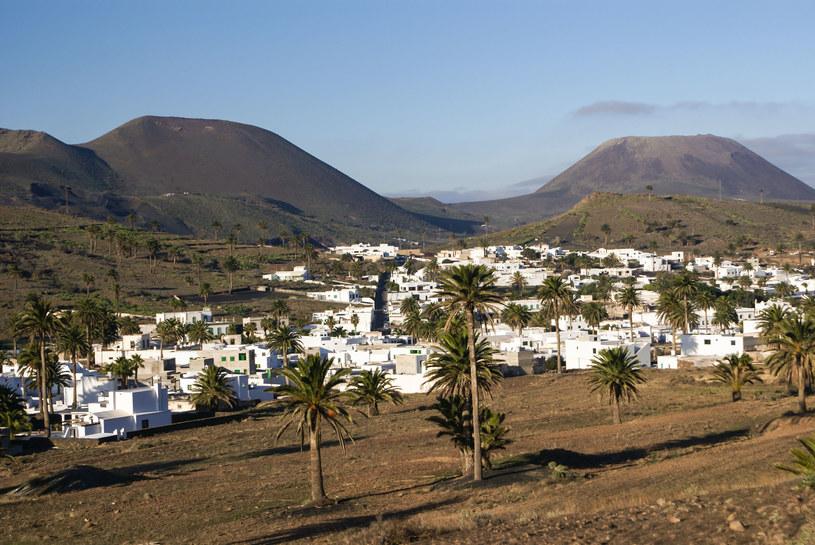 Kolor skał wulkanicznych kontrastuje tu z nieskazitelną bielą domów /©123RF/PICSEL