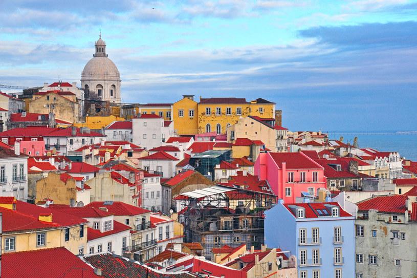 Kolorowe domy dzielnicy Alfama w Lizbonie, Portugalia /Picsel /123RF/PICSEL