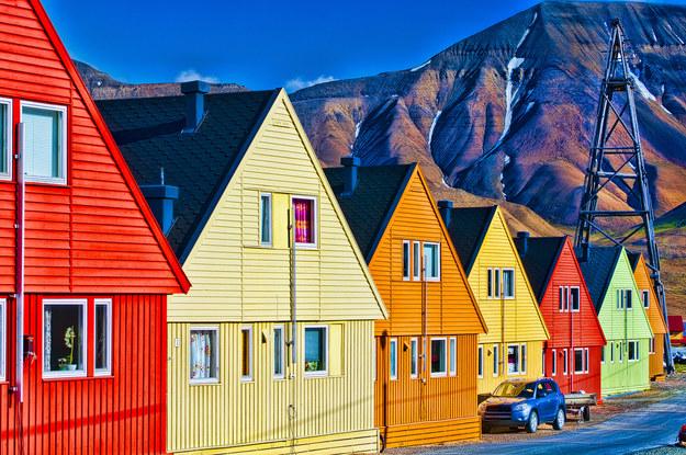 Kolorowe domy w Longyearbyen, Svalsbard (Norwegia) /123RF/PICSEL