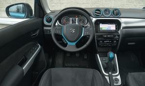 Kolorowe wstawki sprawiają, że kokpit Vitary wygląda atrakcyjnie mimo zastosowania twardych tworzyw. Czytelny rozkład instrumentów, dwupłaszczyznowa regulacja kierownicy. /Motor