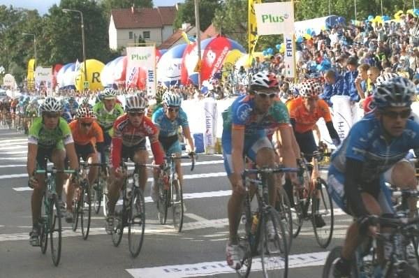 Kolorowy peleton Tour de Pologne podąża w stronę Elbląga /INTERIA.PL
