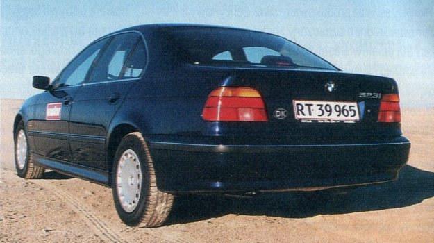 Kołpaki na koła wcale nie oznaczają, że kryją się pod nimi stalowe obręcze. W BMW zarówno one, jak i większość elementów układu jezdnego, wykonano z aluminium. /Motor