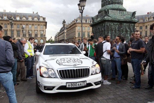 Kolumna niezwykłych samochodów wszędzie wzbudza zainteresowanie /AFP