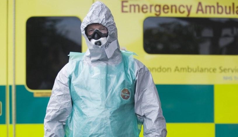 Kombinezony szpitalne są wykonane z bardzo wytrzymałych materiałów /PAP/EPA