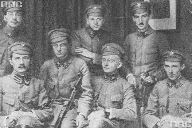 Komenda naczelna Polskiej Organizacji Wojskowej (podporucznik Tadeusz Żuliński siedzi trzeci z lewej) /Z archiwum Narodowego Archiwum Cyfrowego
