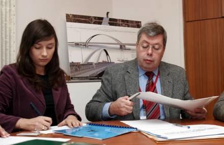 Komisja otwiera koperty z ofertami firm/fot. M. Niwicz /Agencja SE/East News