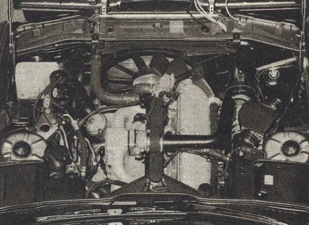 Komora silnika samochodu eksperymentalnego zasilanego wodorem nie odbiega wyglądem od znanych rozwiązań ery benzynowej. Powietrze ze sprężarki spotyka się z wodorem w wydłużonej komorze mieszania, stąd mieszanka palna krótkimi przewodami trafia do kanałów dolotowych silnika. /BMW