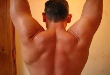 Komórka pomocna w zwalczaniu bólu pleców? Czemu nie fot. Edwin PP /stock.xchng