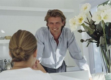 Komplementy atrakcyjnych osób sprawiają, że poprawiają naszą samoocenę /ThetaXstock
