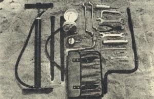 Komplet narzędzi dostarczony z samochodem. /Motor