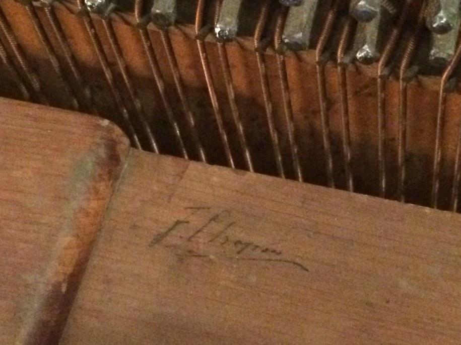 Kompozytor osobiście wybrał instrument i sygnował go swoim podpisem w celu umożliwienia uczennicy rozpoznania rekomendowanego instrumentu w fabryce fortepianów Pleyel /Katarzyna Sobiechowska- Szuchta /RMF FM