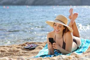 Komputer i telefon na wakacjach - o czym trzeba pamiętać