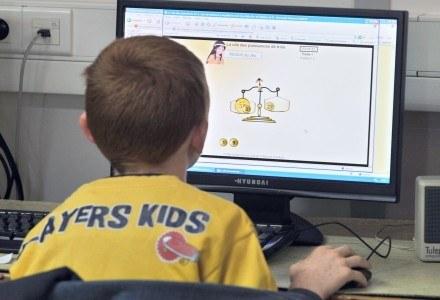 Komputer stacjonarny nadal wydaje się najlepszym wyborem dla młodszych dzieci /AFP