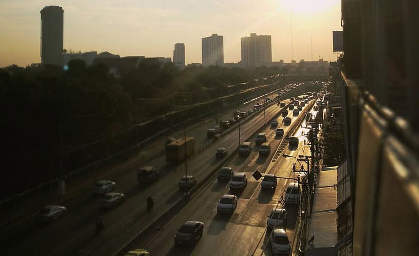 Komunikacja samochodowa ma swój znaczący wkład w stężeniu pyłu i tlenków azotu /