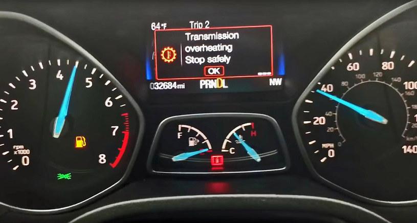 Komunikat o przegrzaniu skrzyni nie zniechęcił kierowcy do dalszej jazdy /