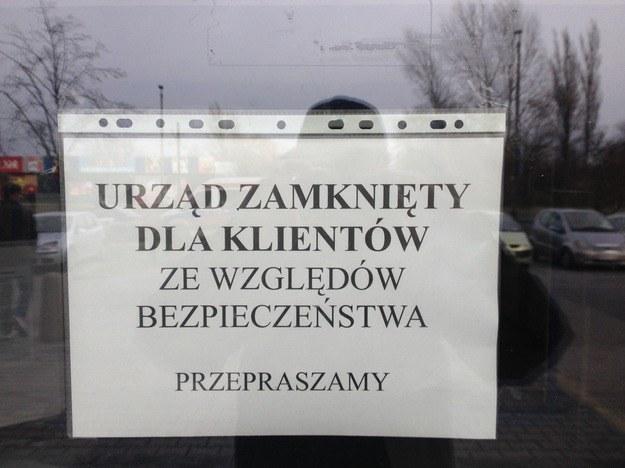 Komunikat wywieszony na drzwiach urzędu skarbowego na krakowskim Podgórzu /Maciej Grzyb /RMF