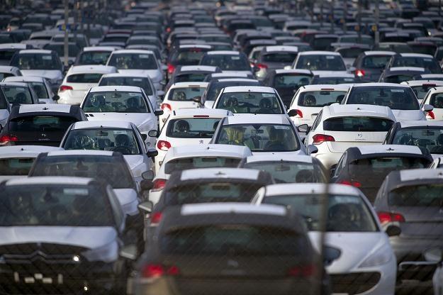 Koncern PSA sprzedaje mniej samochodów /AFP