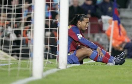 Koniec pobytu w Barcelonie był ciężki dla Ronaldinho /AFP