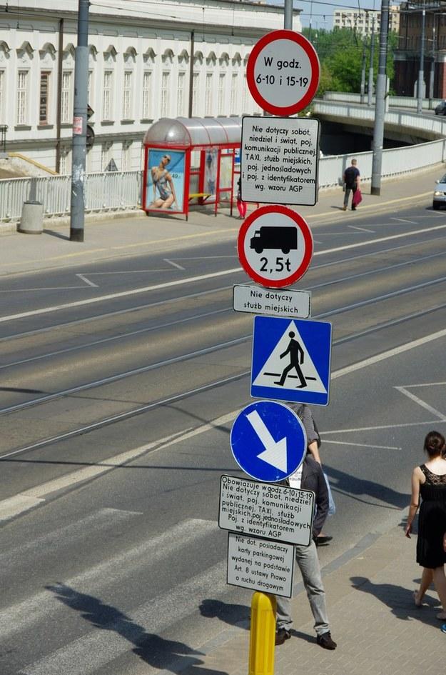 Koniec z radosną twórczością dla pociotków prezydentów, starostów i wójtów z zakładów produkujących znaki drogowe /Fot. Marek Bazak /East News