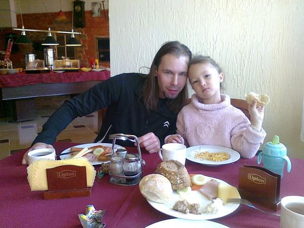 Tatuś i córka podczas śniadania w schronisku górskim