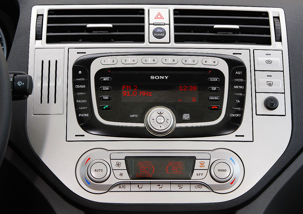 """Konsola wersji """"środkowej"""" – i radio Sony, i klimatyzacja automatyczna wymagały dopłaty wobec wariantu bazowego. /Motor"""