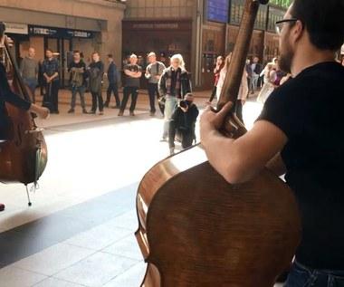 Kontrabasy i gitary na dworcu. Wyjątkowy koncert we Wrocławiu