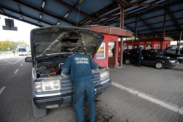 Kontrola samochodu na przejściu w Bezledach / Fot: Wojciech Stróżyk /Reporter