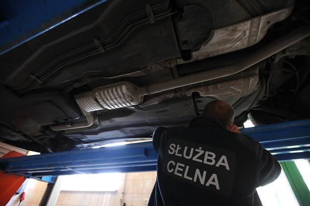 Kontrola samochodu przez urzędników celnych / Fot: Wojciech Stróżyk /Reporter