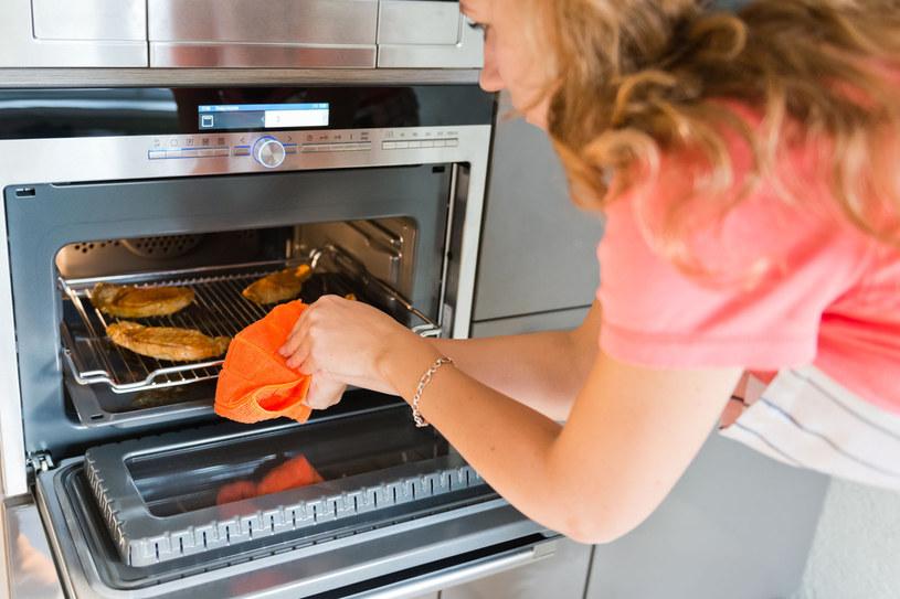Kontroluj czas i temperaturę pieczenia drobiu. Mały błąd może kosztować stracony obiad /©123RF/PICSEL