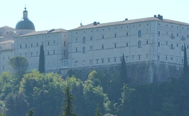 Kontrowersyjna tablica usunięta spod Monte Cassino