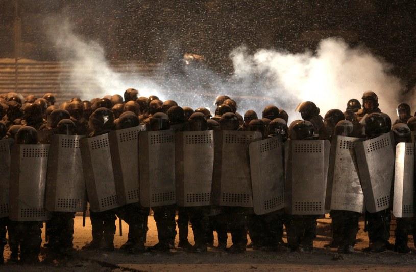 Kordony milicji w Kijowie /ZURAB KURTSIKIDZE /PAP/EPA