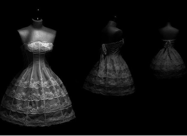Koronka, zawiązana z tyłu na kokardę przywodzi na myśl sukienkę dla porcelanowej lalki /Le Frou Frou /abcslubu.pl