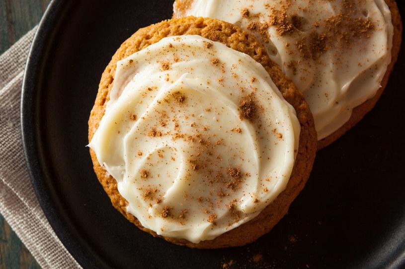 Korzenne ciastka w lukrowych czapeczkach /©123RF/PICSEL