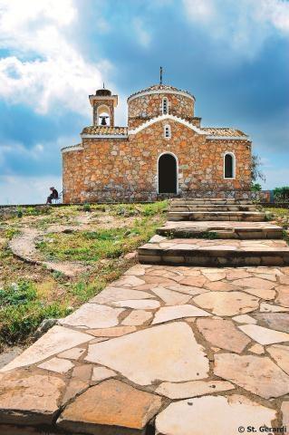 Kościół Profitis Elias w Protaras wzniesiono na 115-metrowej skale. Aby się do niego dostać,...