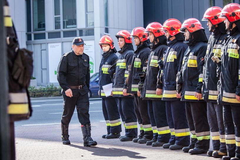 Kosmala (pierwszy z lewej) jest doświadczonym dowódcą i ma wielu oddanych przyjaciół. /Grzegorz Gołębiowski/PROFILM /materiały prasowe