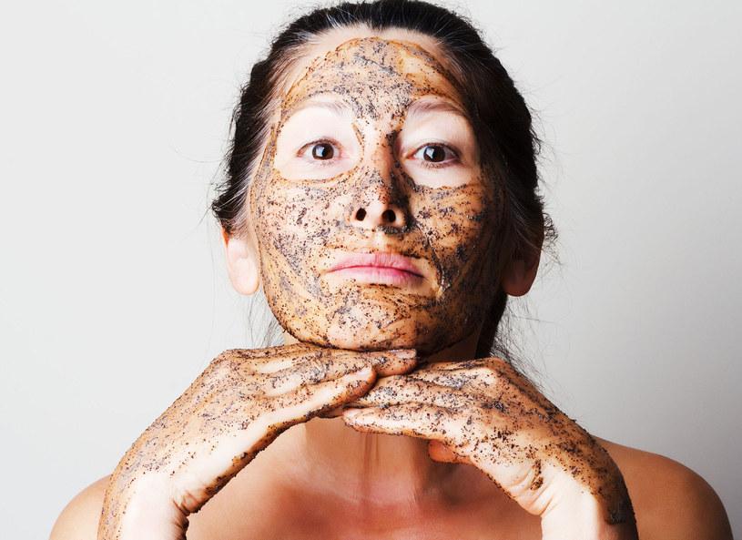 Kosmetyczki i dermatolodzy zachęcają panie dojrzałe do regularnego złuszczania wierzchniej warstwy naskórka /Piscel /123RF/PICSEL