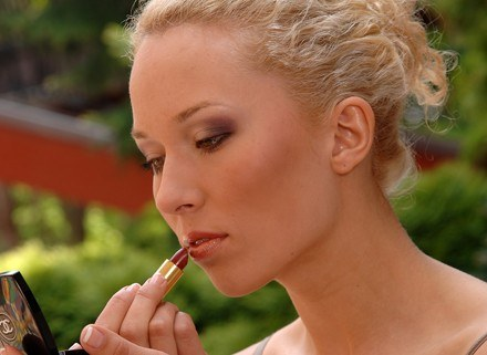 Kosmetyki mogą szkodzić, jeśli są źle przechowywane albo straciły termin ważności