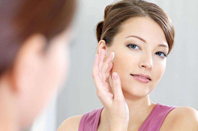 Kosmetyki p[ielęgnacyjne o lekkiej konsystencji kojarzą się głównie z nawilżaniem młodej skóry. Jednak od niedawna to propozycja nie tylko dla dwudziestolatek. /123RF/PICSEL