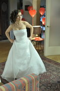 """""""Kostium Kingi powstał z dwóch sukienek - pierwsza już wcześniej została przygotowana dla Madzi Madzi Marszałek (Anna Mucha - przyp. red.), drugą zaś kupiłyśmy specjalnie na tę uroczystość"""" - zdradza Elżbieta Radke, kostiumolog """"M jak miłość""""."""
