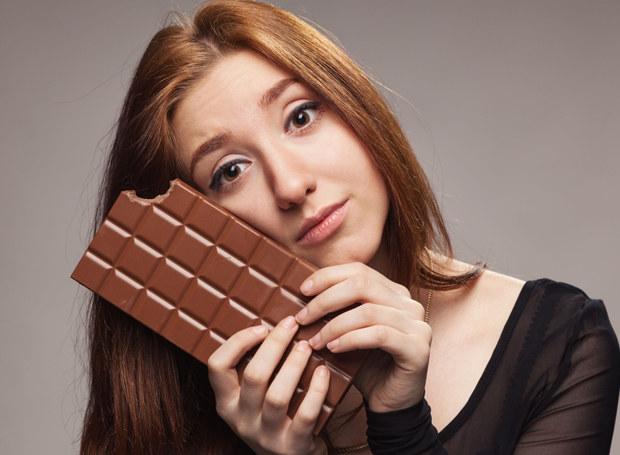 Kostka czekolady na poprawę humoru? /123RF/PICSEL