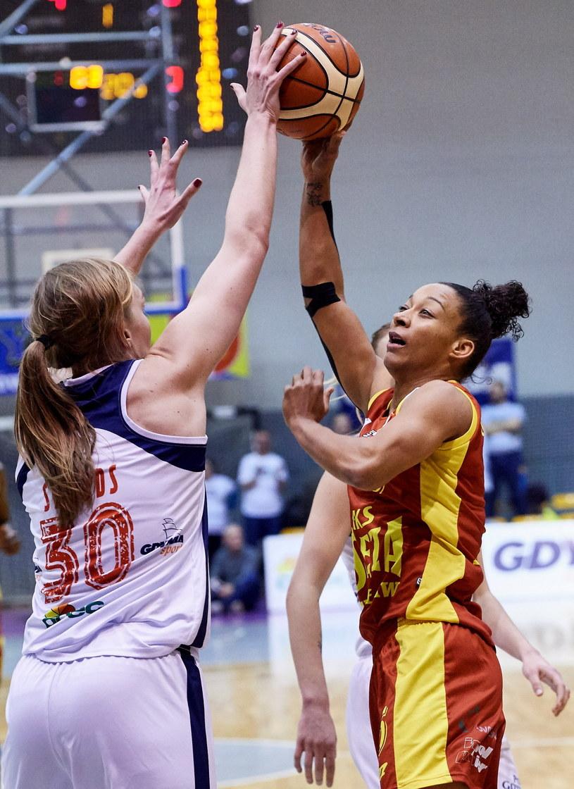 Koszykarka Basketu 90 Gdynia Carolyn Swords (L) i Sharnee Zoll (P) z 1KS Ślęzy Wrocław /Adam Warżawa /PAP